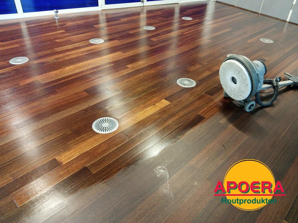 Houten vloer schoonmaken machine houten parket vloer schuren stap