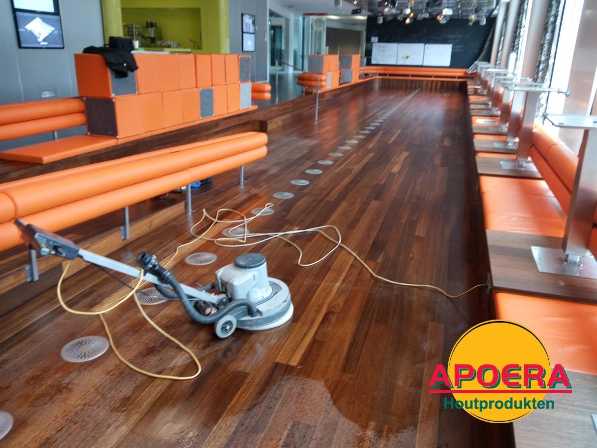 Basralocus houten vloer reinigen