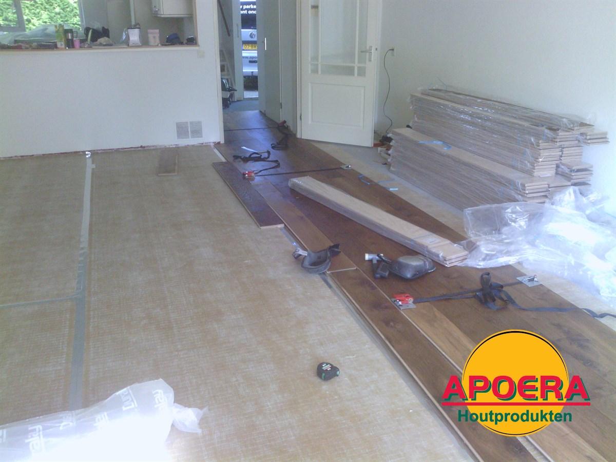 Houten Vloeren Leggen : Gerookt houten vloer leggen apoera vloeren en onderhoud