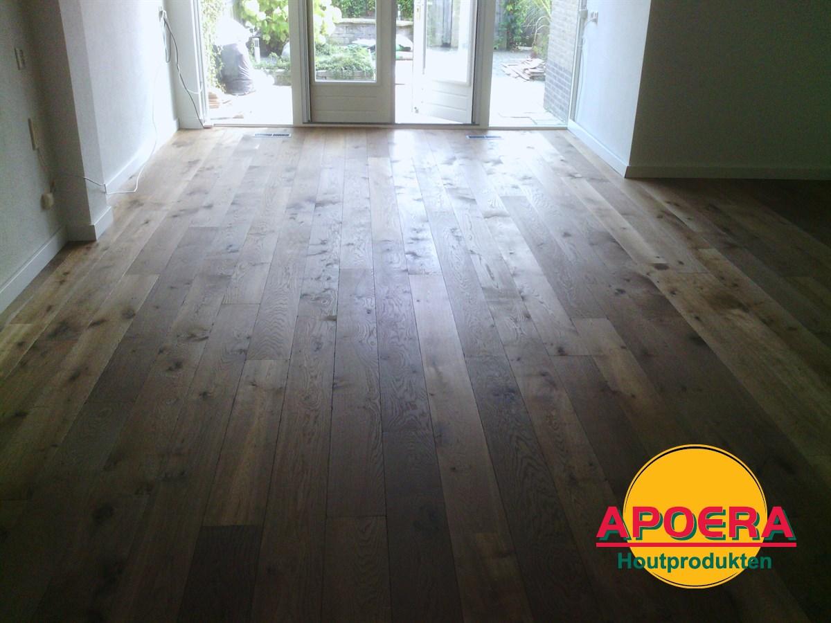 Gerookt houten vloer leggen
