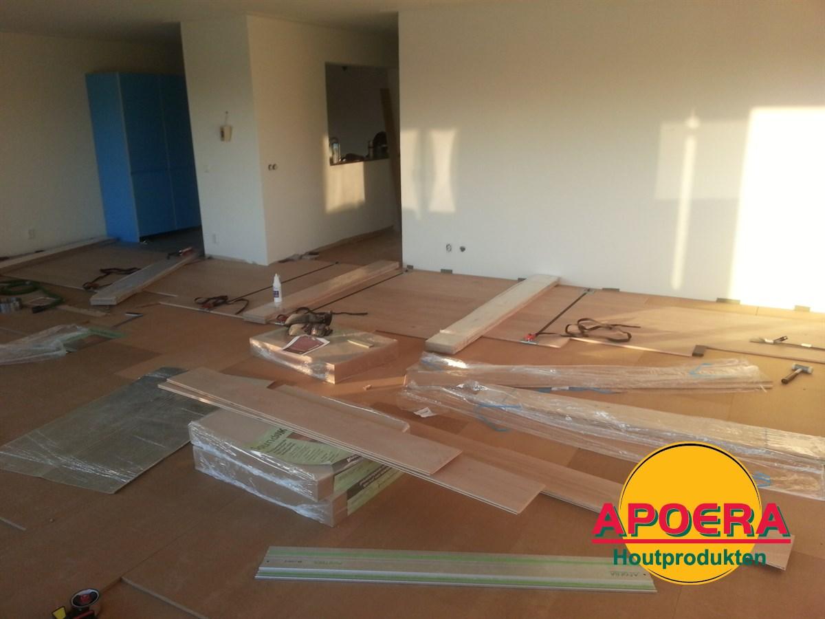 Houten vloer woonkamer leggen | APOERA | Vloeren en onderhoud